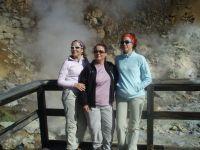 Tres expedicionarias en las fumarolas